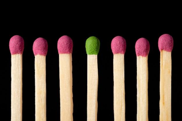 Partido verde en medio de partidos rojos