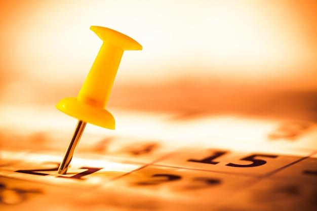 Pasador bordado en un calendario con enfoque selectivo
