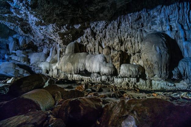 Pasaje de la cueva con hermosas estalactitas en tailandia (cueva de tanlodnoi)