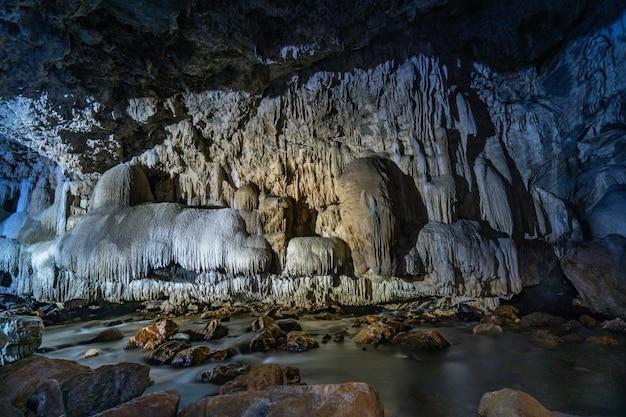 Pasaje de la cueva con hermosas estalactitas en tailandia (cueva tanlodnoi)