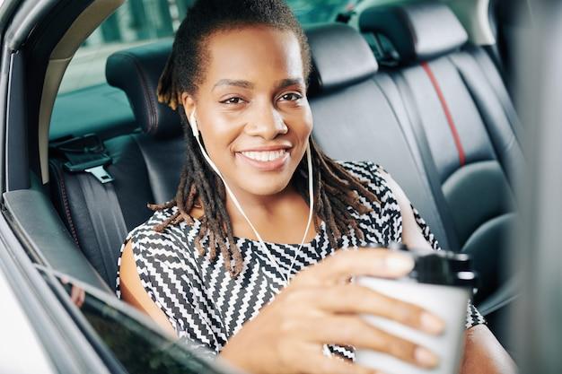 Pasajero africano en coche