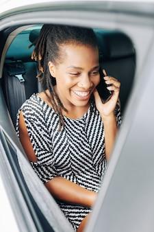 Pasajero hablando por teléfono