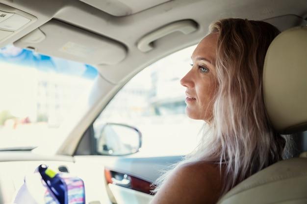 Pasajero joven en el coche. viaje por carretera y vacaciones.
