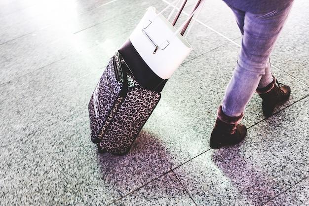 Pasajeros en la estación de tren esperando con su equipaje durante las vacaciones.