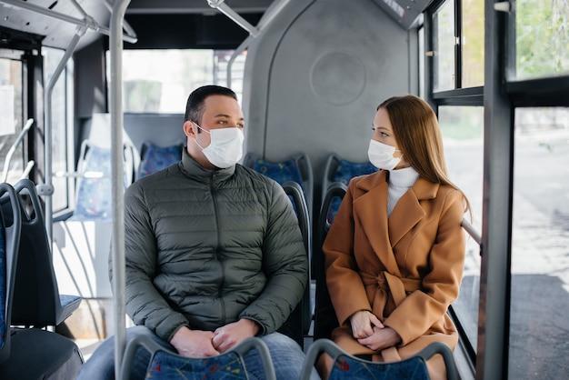 Los pasajeros en transporte público durante la pandemia de coronavirus mantienen su distancia unos de otros. protección y prevención covid 19.
