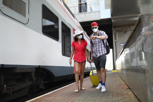 Los pasajeros van con una maleta para abordar el tren.