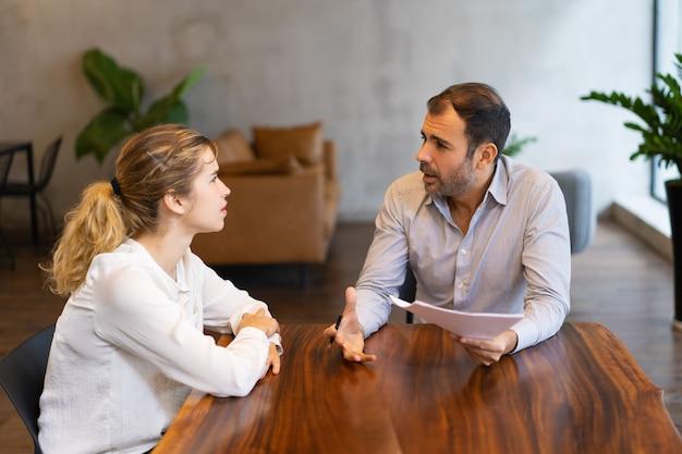 Pasante y mentor discutiendo trabajo específico