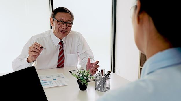 El pasante recibe comentarios sobre los logros en el concepto de trabajo.