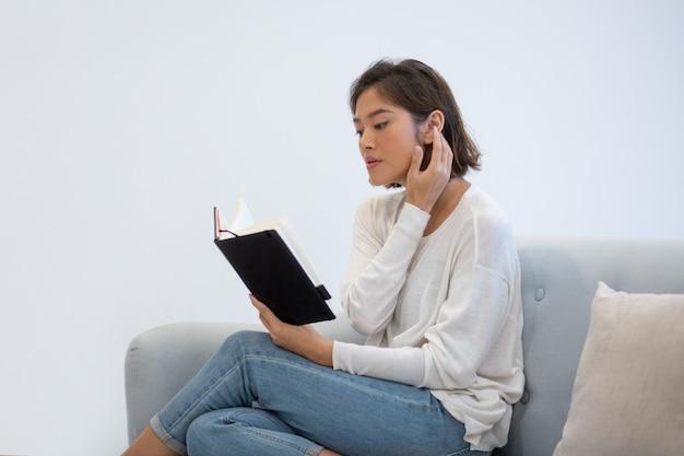 Pasante serio trabajador revisando notas en fin de semana