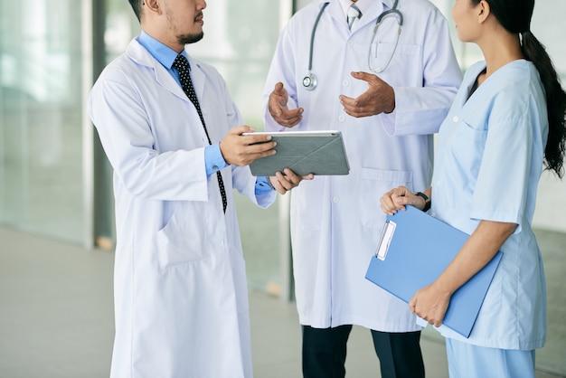 Los pasantes consultan con el médico.