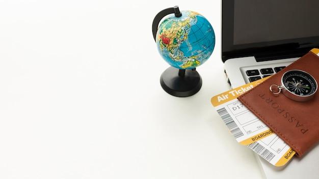 Pasaporte de alto ángulo, brújula y computadora portátil