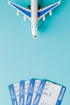 Pasaporte, avión y boleto aéreo en azul