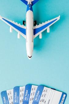 Pasaporte, avión y boleto aéreo.