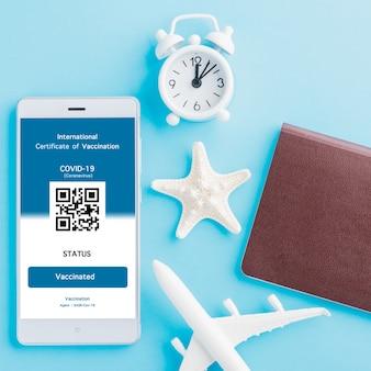 El pasaporte de avión modelo y el pase de inmunidad se organizan en la aplicación en el teléfono inteligente