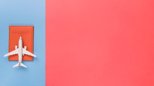 Pasaporte y avión sobre fondo de diferentes colores.
