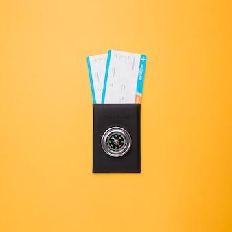 Pasaporte, billetes y brújula.