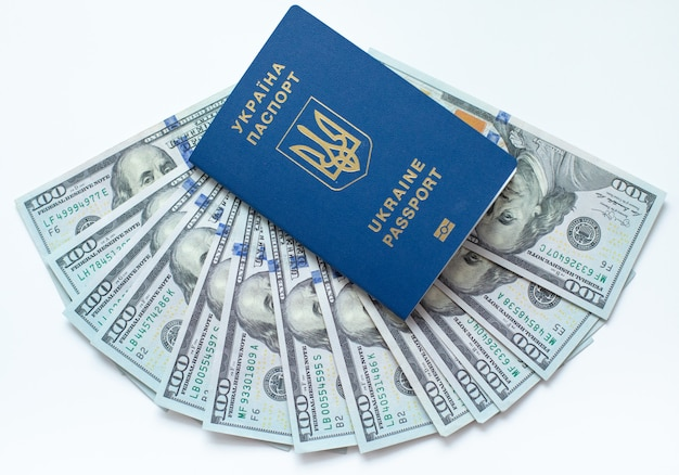 Pasaporte biométrico de ucrania con billetes de un dólar