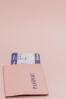 Pasaporte y boleto aéreo en una rosa.