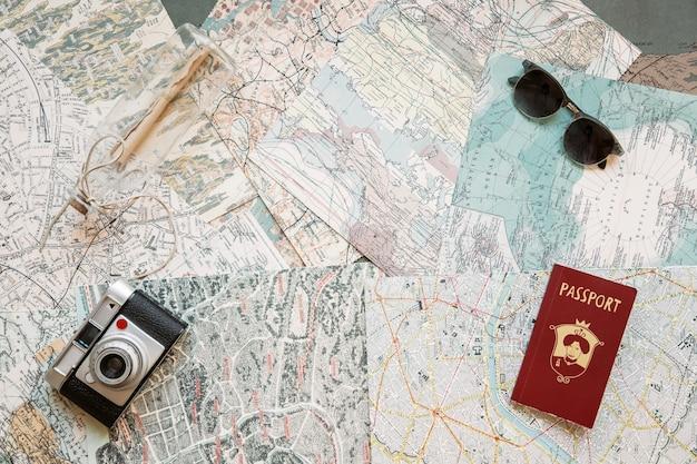 Pasaporte y cámara en los mapas