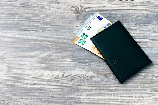 Pasaporte con dinero europeo. concepto de viaje