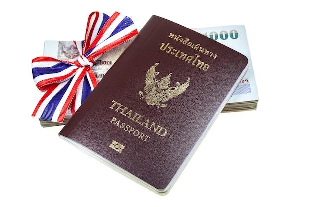 Pasaporte, dinero sobre fondo blanco.
