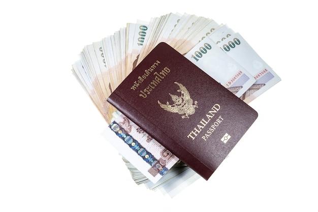 Pasaporte, dinero en superficie blanca.