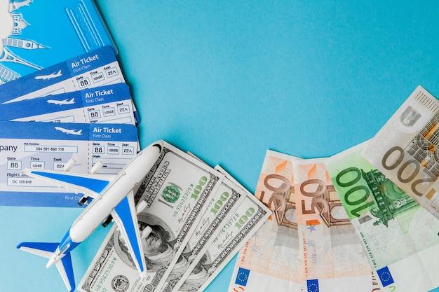 Pasaporte, dólares y euros y billetes de avión.