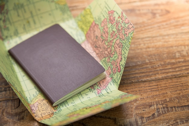 Pasaporte encima de un mapa del mundo