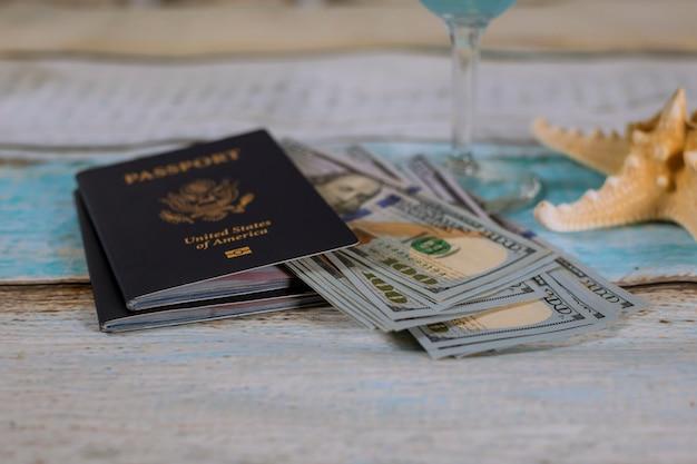 Pasaporte estadounidense con dinero en efectivo y estrellas de mar, viajes.