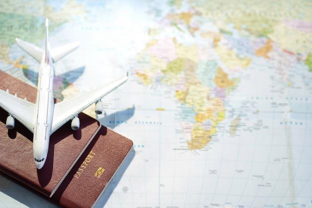 Pasaporte con un fondo de mapa. planificación de viajes. concepto de viaje de vacaciones de viaje.