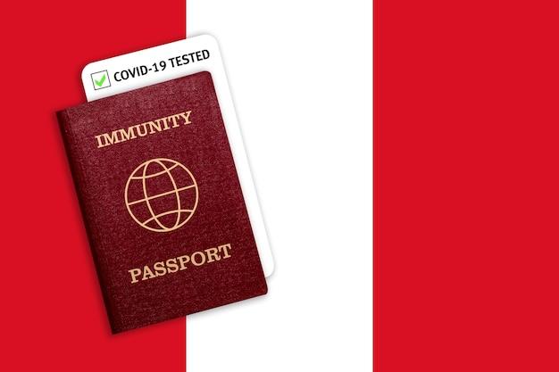 Pasaporte de inmunidad con prueba de covid en la bandera nacional de perú