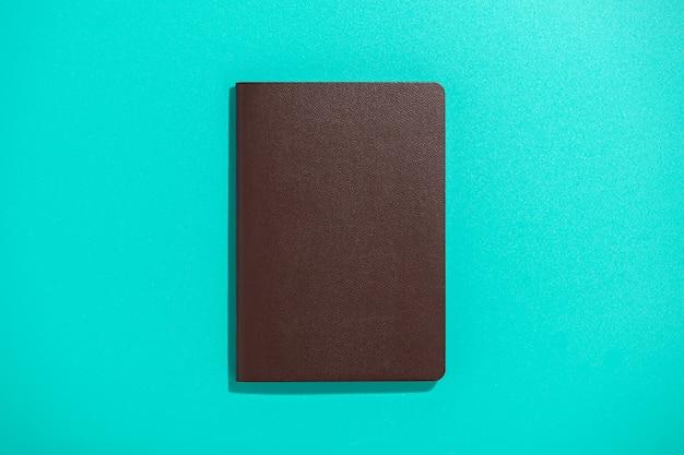 Pasaporte internacional sobre superficie azul