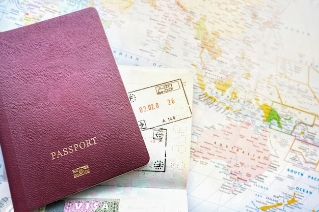Pasaporte en un mapa del mundo. sello de salida y llegada con visa. concepto de viaje de vacaciones de viaje.