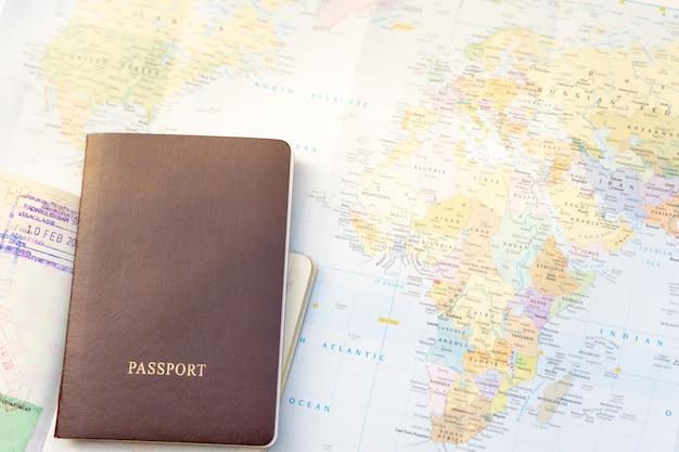 Pasaporte en un mapa del mundo.