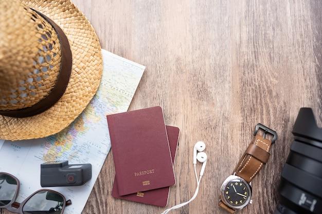 Pasaporte con un mapa sobre fondo de madera. endecha plana. preparación para el viaje. concepto de viaje viaje vacaciones vacaciones.