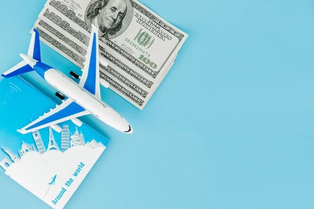 Pasaporte con modelo de avión y billetes de un dólar.