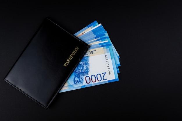 Pasaporte ruso y billetes de rublos