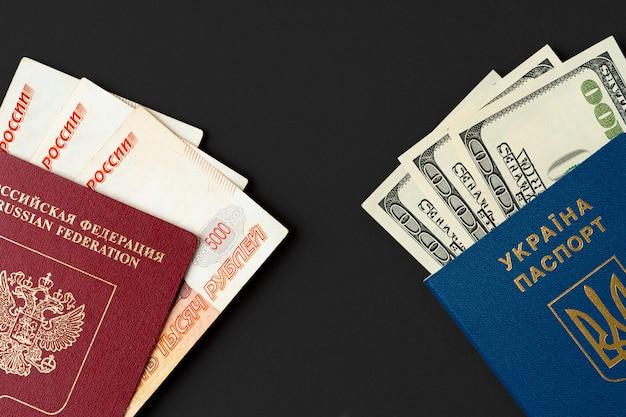 Pasaporte ruso con rublos rusos y pasaporte ucraniano con dólares americanos