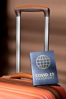 Pasaporte de salud en la parte superior del equipaje.