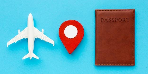 Pasaporte de vista superior y juguete de avión.
