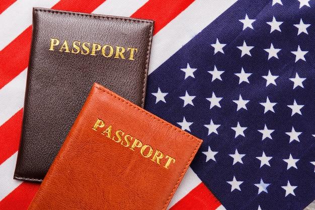 Pasaportes en la bandera de estados unidos. cubiertas de pasaporte de vista superior.
