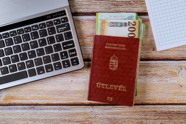 Los pasaportes húngaros y los diferentes billetes de florín húngaro con teclado