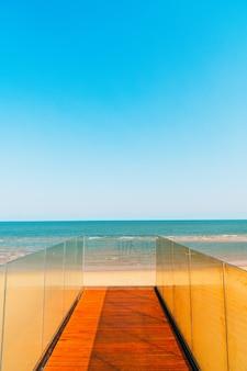 Pasarela y escalera con mar