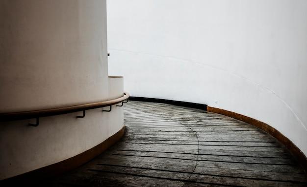 Pasarela espiral en un edificio moderno