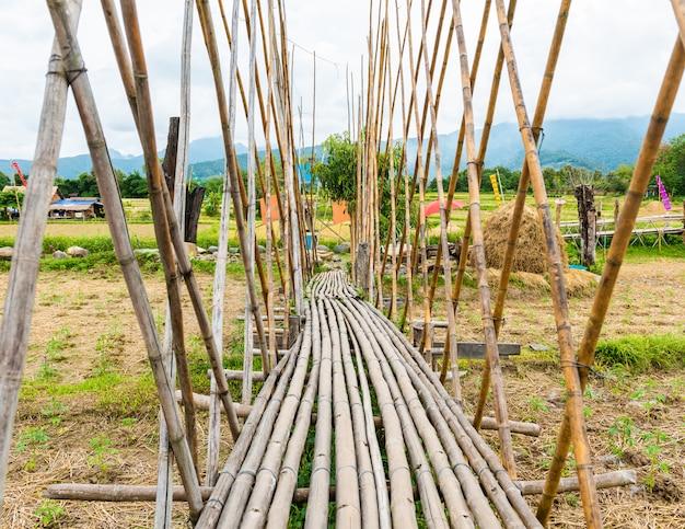 Pasarela fue construida de bambú