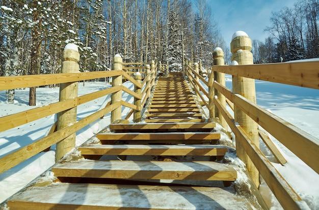 Pasarela de madera tradicional rusa, malye karely village, región de arkhangelsk, rusia