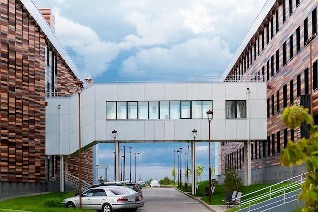 Una pasarela peatonal cubierta entre dos edificios de oficinas.