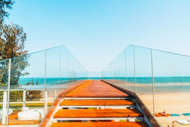 Pasarela vacía y escalera con mirador al mar