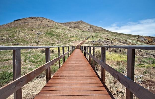 Pasarelas de madera en el camino al pico do furado en la isla de madeira