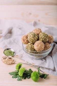 Pasas de almendra bolas de felicidad miel. bocadillos saludables de avena bolas energéticas con avena mantequilla de almendras y miel.